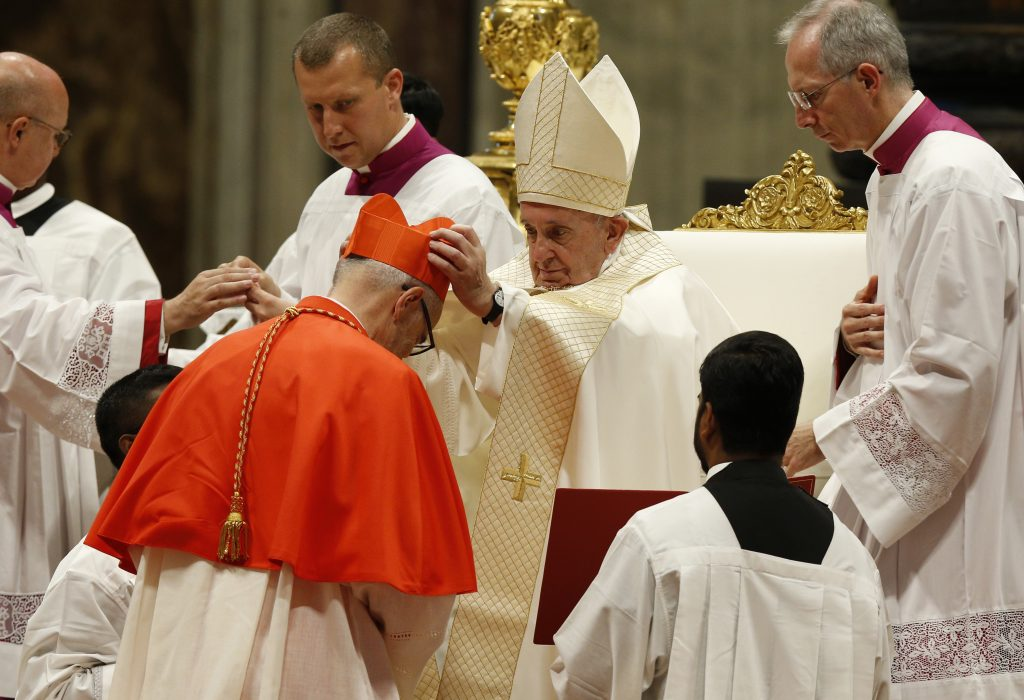 Le pape François donne à Czerny sa barrette lors du consistoire de samedi dernier.