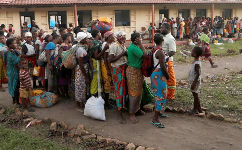 Des gens font la queue pour obtenir de la nourriture dans un camp pour personnes déplacées à la suite du cyclone Idai à Beira, Mozambique, le 30 mars 2019. (CNS photo/Zohra Bensemra, Reuters)
