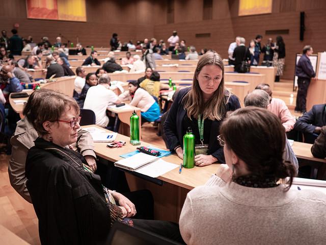 Anne-Marie Jackson, directrice du Jesuit Forum (à gauche), participe à une session.
