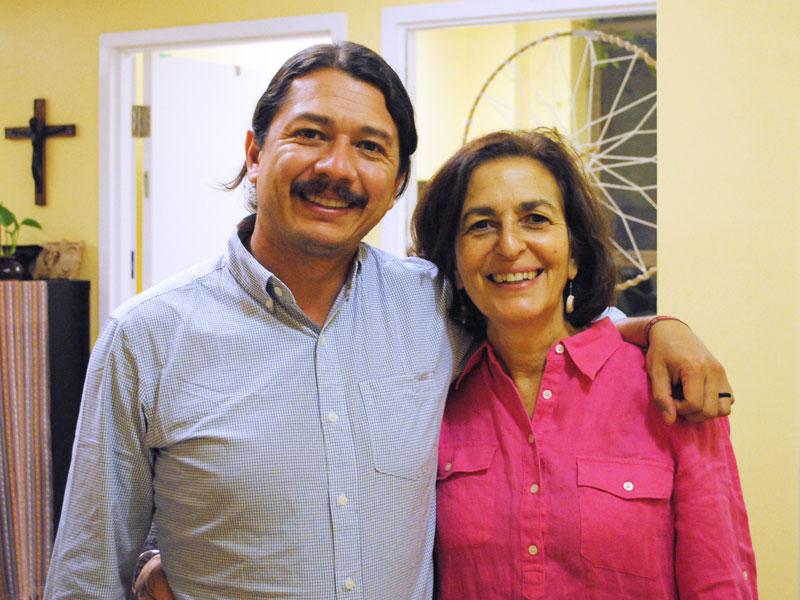 P. Arturo avec Jenny Cafiso, directrice du CJI (Crédit photo : V. Reyes/CJI) (Photo de la bannière : V. Blanco/CJI, le P. Arturo Estrada SJ lors de sa présentation en