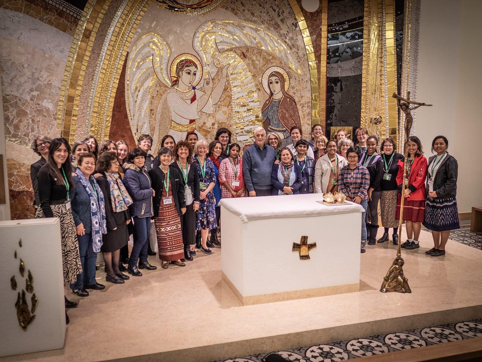 Le père général Sosa et des collaboratrices lors du 50e anniversaire de la justice et de l'écologie.